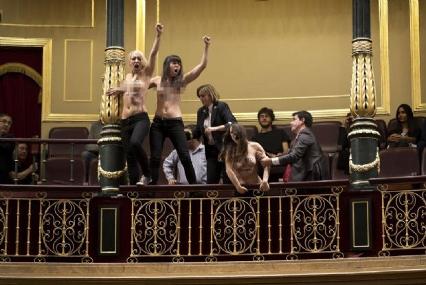 Femenler İspanyol meclisini bastı galerisi resim 1
