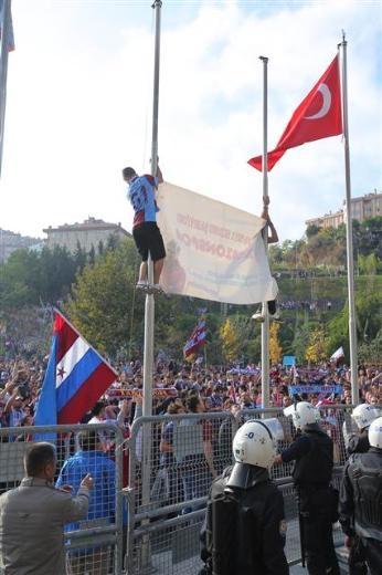 TFF bayrağını indirip Trabzon bayrağı astılar galerisi resim 1