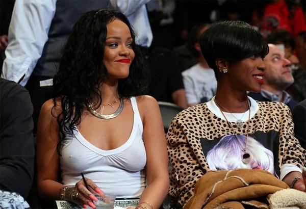 Rihanna iç çamaşırını yine unuttu galerisi resim 1