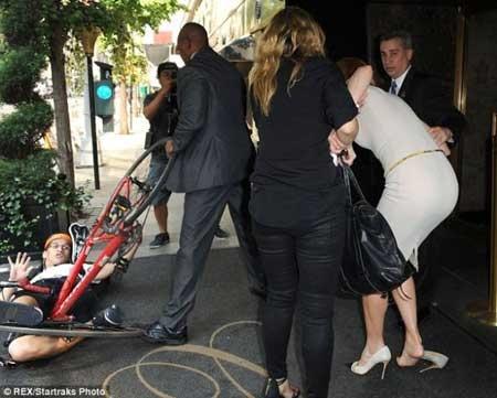 Nicole Kidmana bisiklet çarptı galerisi resim 1