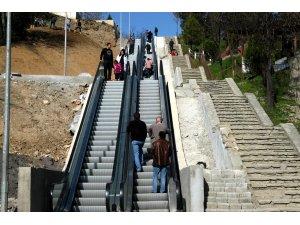 Mahallelerine yürüyen merdivenle gidiyorlar