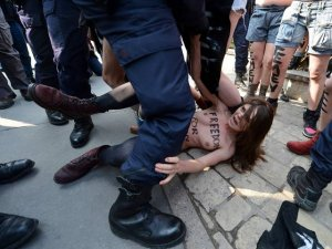 Femenin cami önündeki eylemine tekme!