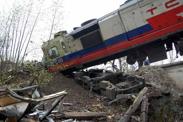 Çişi gelen makinist treni devirdi
