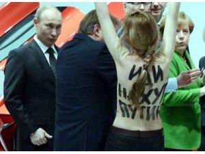 Putin ve Merkel şaştı kaldı
