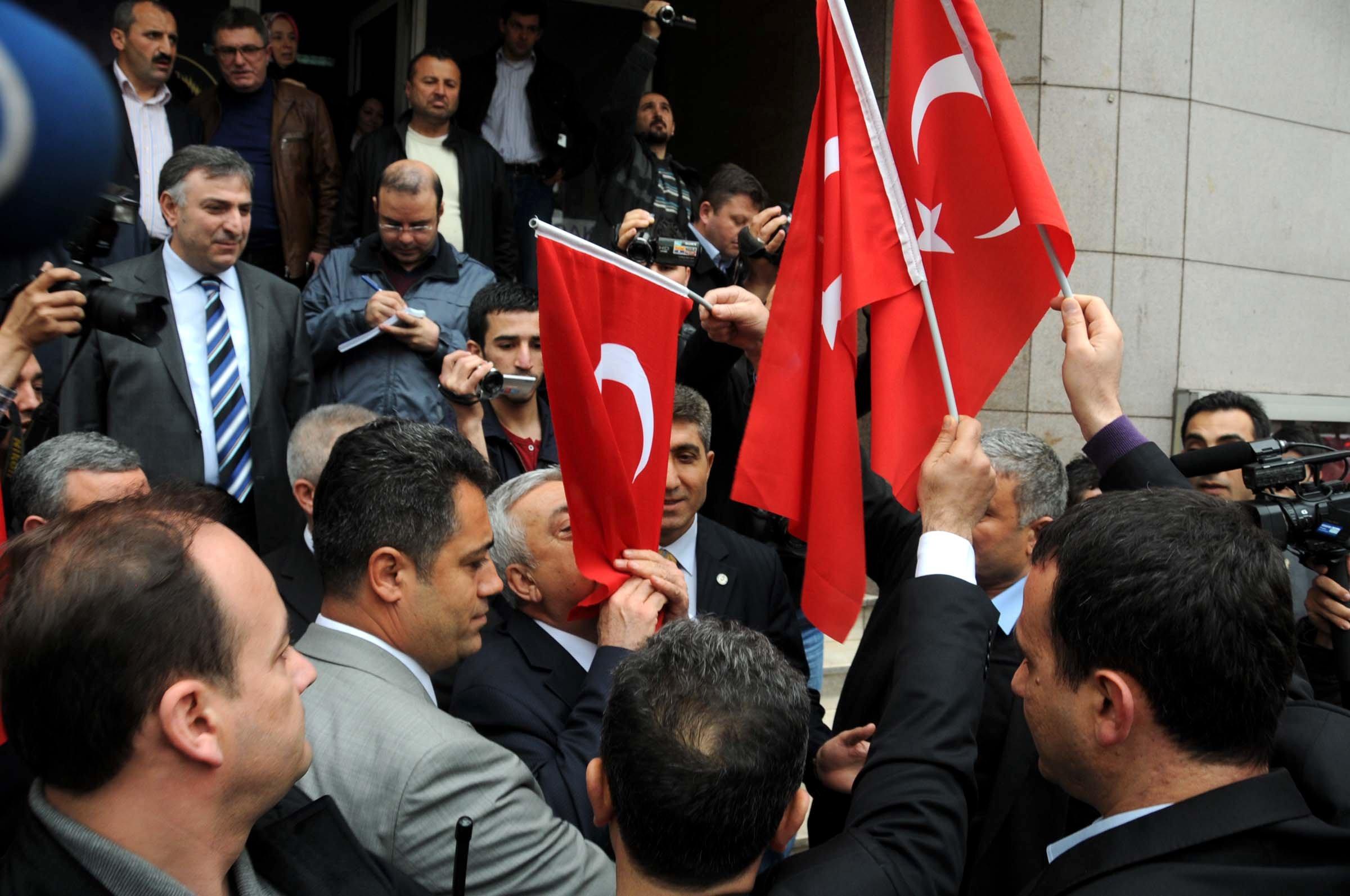 Akillere Türk Bayraklı tepki!
