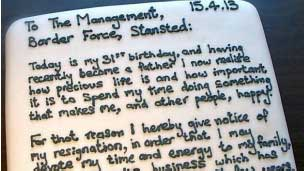 İstifa mektubunu pastanın üzerine yazdı