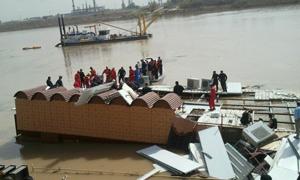 Yüzen restoran çöktü: En az 8 ölü