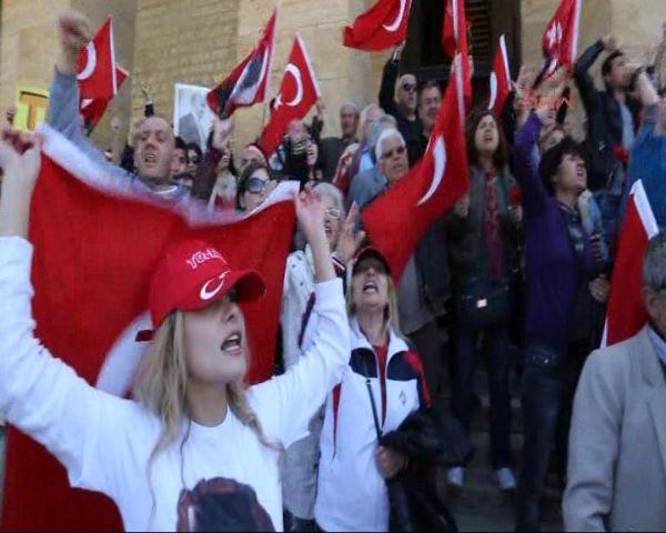 Anıtkabirde bayrak protestosu
