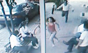 Karısını sokakta bıçakla kovaladı