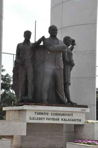 Atatürk heykelini çalıp satacaklardı ki...