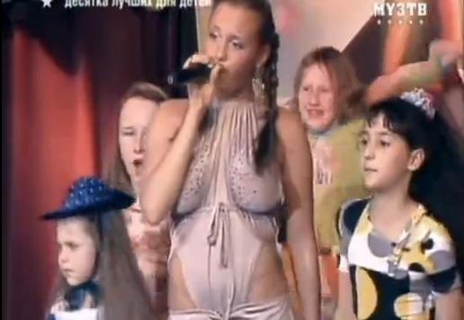 Rus şarkıcı çocuk programına iç çamaşırsız çıktı!