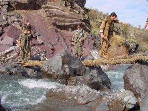 300 PKKlı terörist silahlarıyla K.Iraka geçti