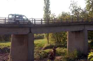 Hasarlı köprüden ölümüne geçiş!