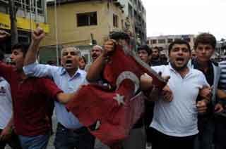 Reyhanlıda yanmış bayrakla protesto yürüyüşü