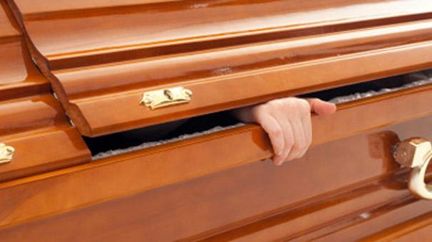 Cenazesinde ayağa kalktı