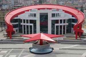 Bayrak şeklinde hizmet binası