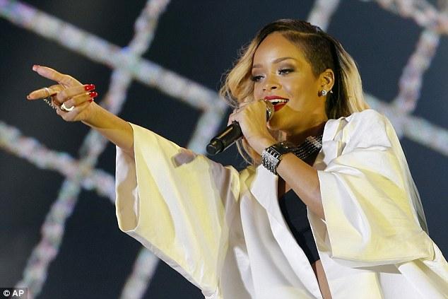 Rihanna Fasta örtünmeyi beceremedi