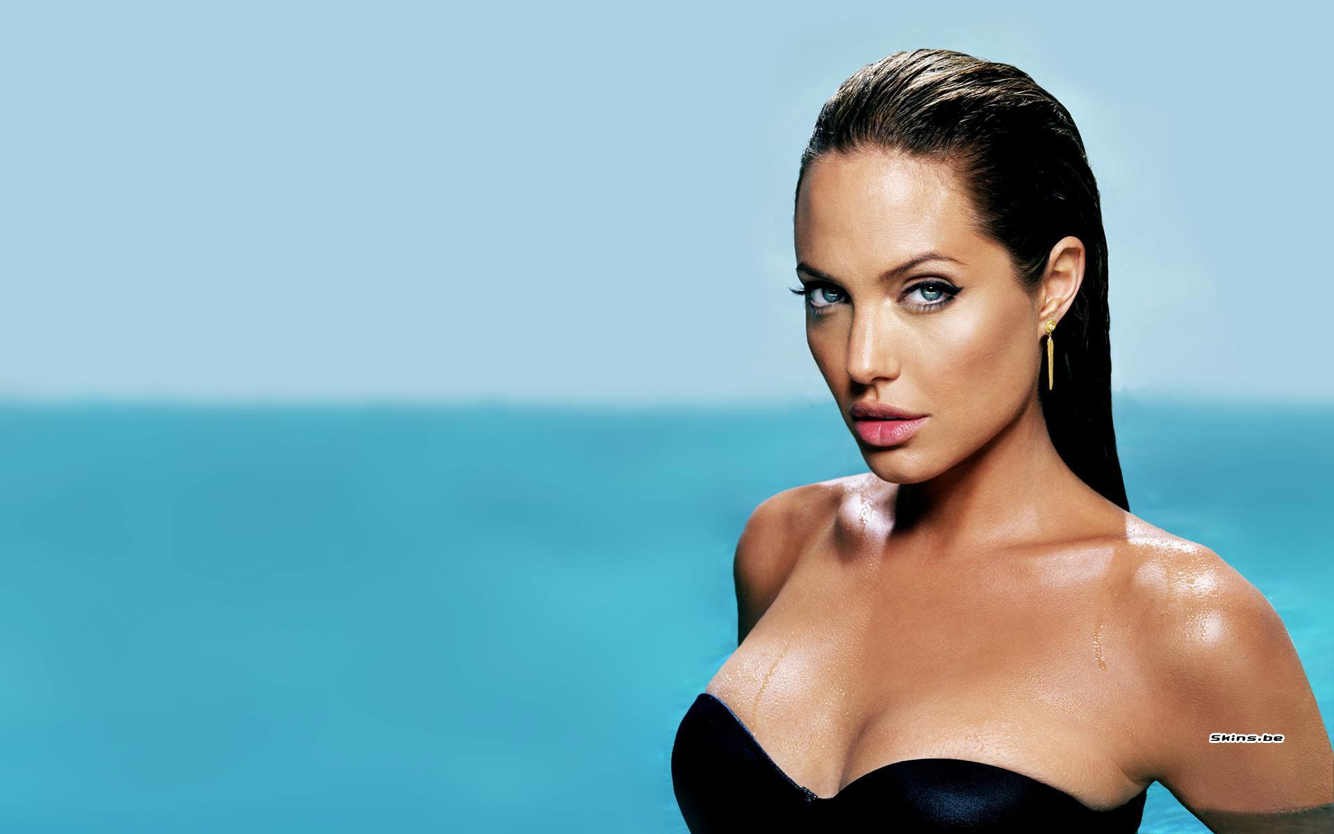 Angelina Jolieye yeni darbe