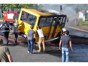 Yolcu dolu minibüsü alevler sardı