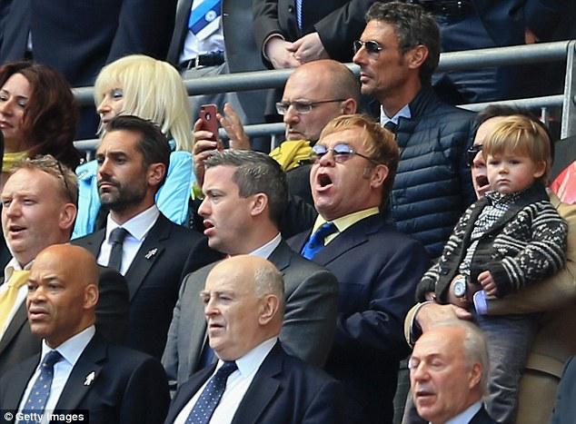 Elton Jonn ailece futbol maçında