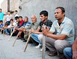 Mahalleli uyuşturucu satıcıları için nöbet tutuyor