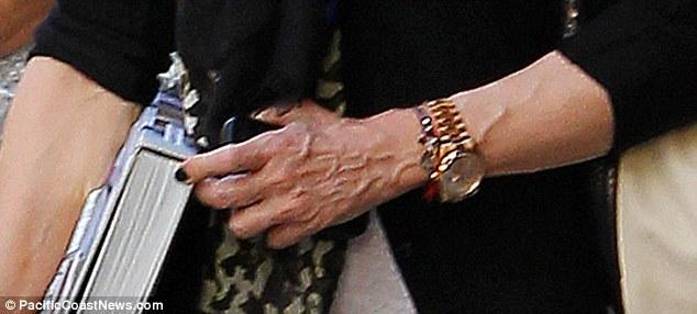 Elleri, Madonnaya ihanet ediyor