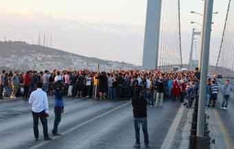 Göstericiler Boğaz Köprüsü`nü kapattı