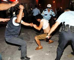Polis, tekme copla dağıttı