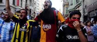 Fenerbahçe ve Beşiktaş taraftar grupları Taksime yürüyor