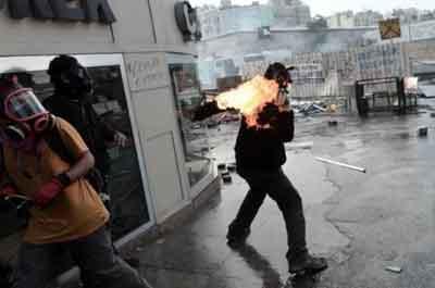 Molotoflu saldırganlar kendilerini yaktı