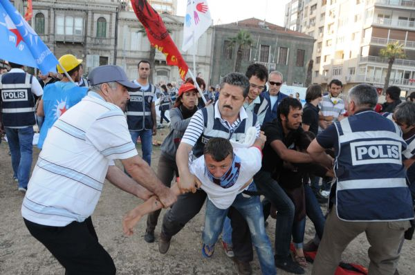 Kordonda göstericilere polis müdahalesi