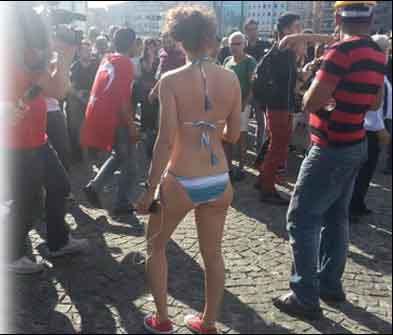 Bikinili kadın Taksimi karıştırdı