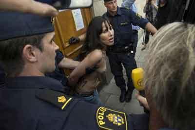FEMEN bu kez camide soyundu
