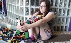 Lego parçalarıyla kendine bacak yaptı